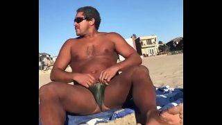 maduro enseña su pene en la playa